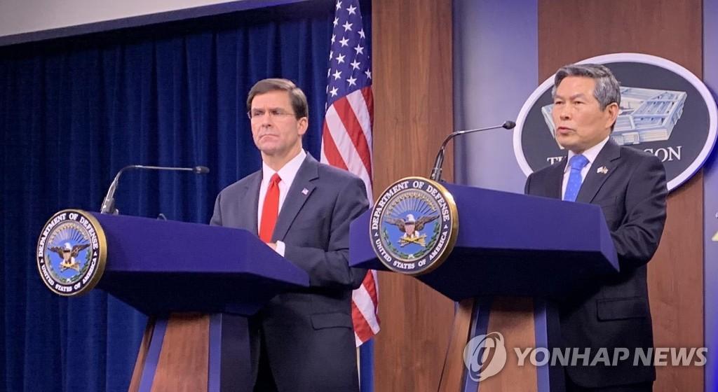当地时间2月24日,在美国华盛顿国防部大楼,韩国国防部长官郑景斗(右)与美国国防部部长马克·埃斯珀举行记者会。 韩联社