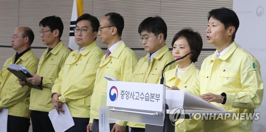 2月25日,在政府世宗大楼,中央应急处置本部副本部长金刚立(右一)回答记者提问。 韩联社