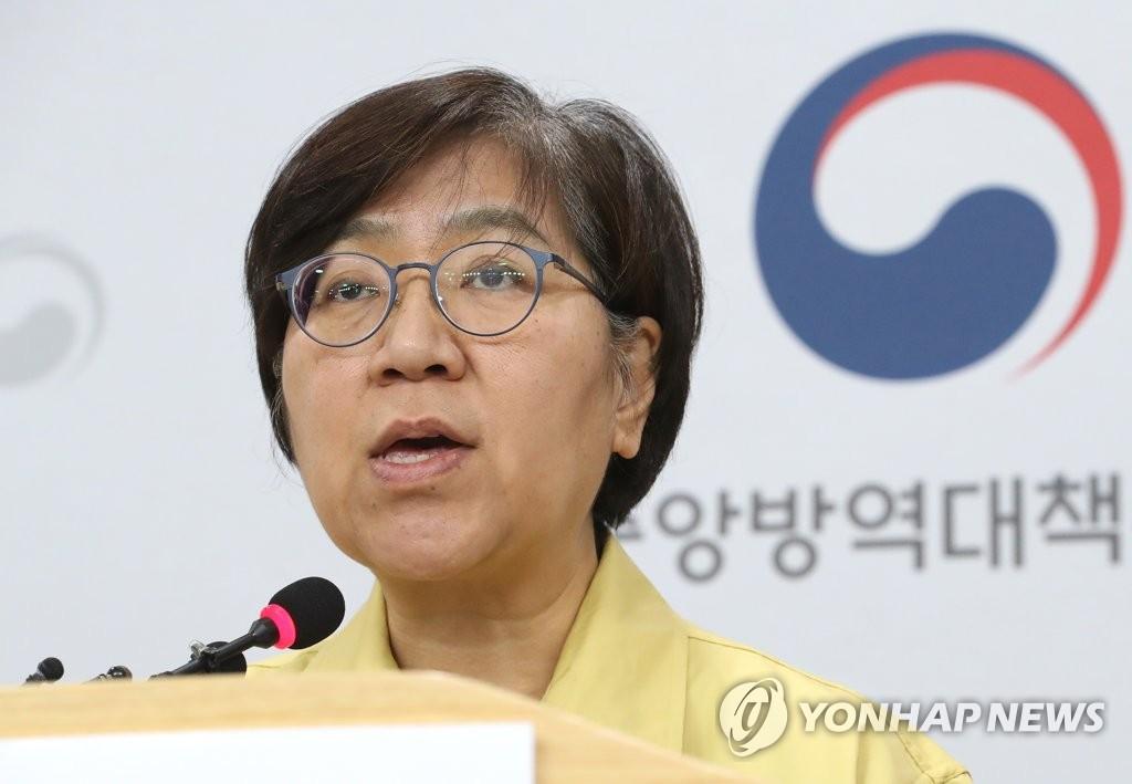 2月25日下午,在忠清北道清州市疾病管理本部,郑银敬通报疫情情况。 韩联社