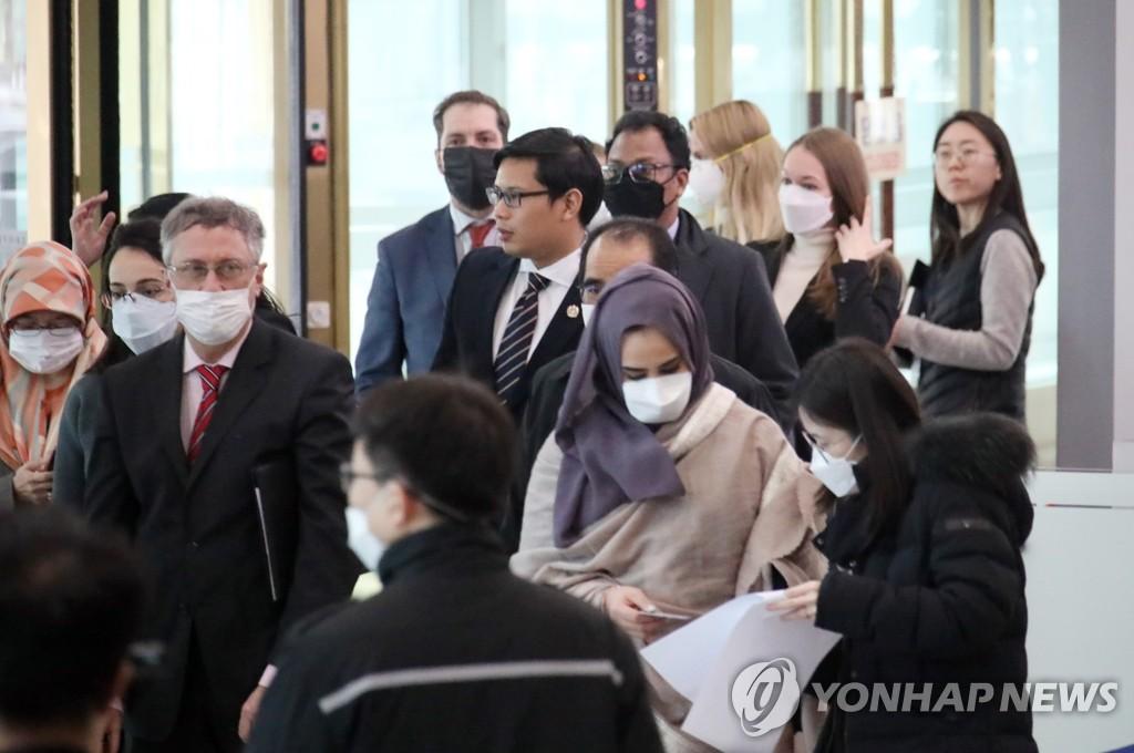 韩外交部面向驻韩外交使节开疫情说明会