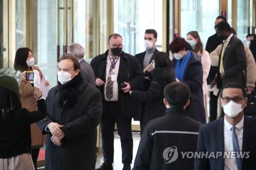 驻韩外交官测温等待入场