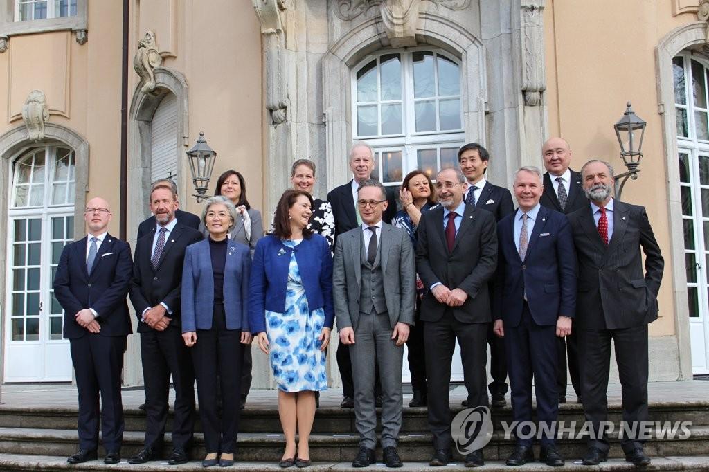 资料图片:2月25日,康京和(前排左三)出席斯德哥尔摩倡议部长级会议。 韩联社