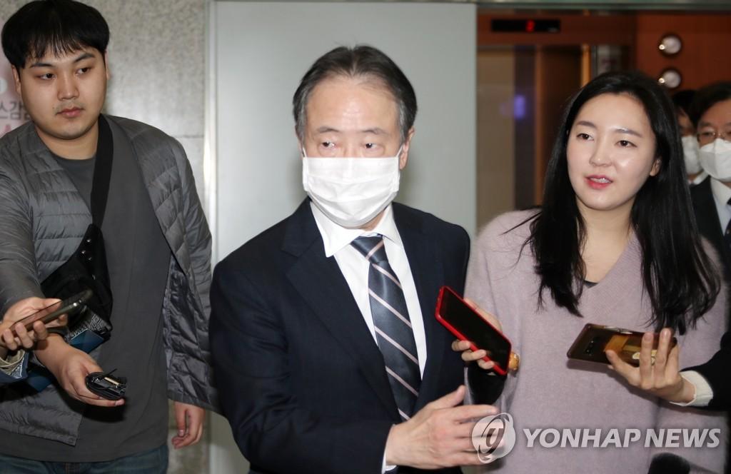 2月26日,在首尔,富田浩司走进韩国外交部。 韩联社