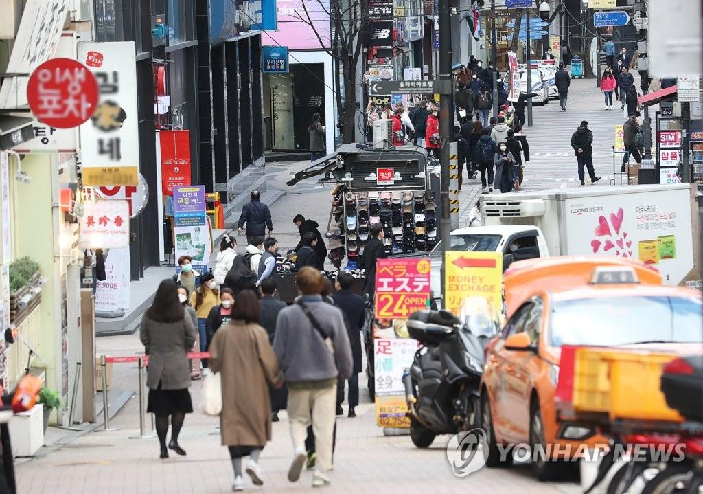 图为首尔明洞,摄于2月27日。韩联社