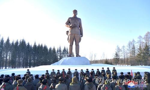 朝鲜最高人民会议代议员结束白头山参观