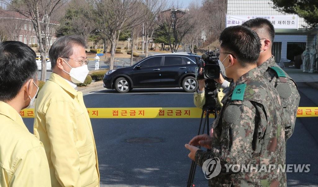 """3月2日,在国军大田医院,总统文在寅现场查看""""免下车""""新冠病毒检测过程。 韩联社"""