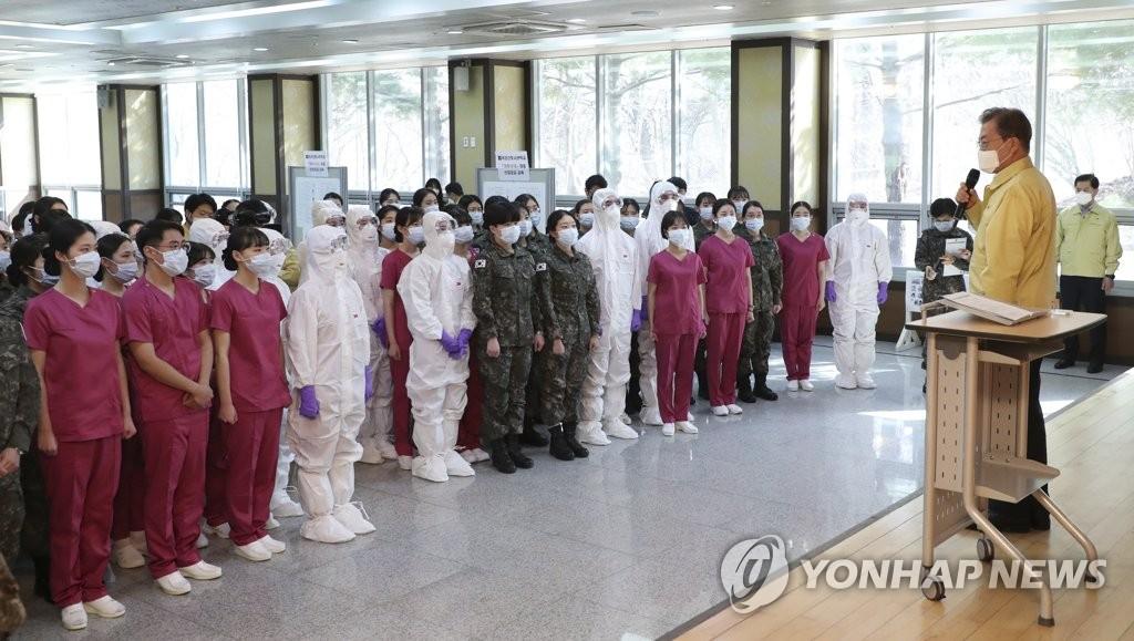 3月2日,在大田市,总统文在寅在国军看护士官学校发表讲话。 韩联社