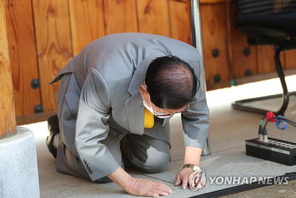 韩宗教团体新天地领袖就集体感染谢罪