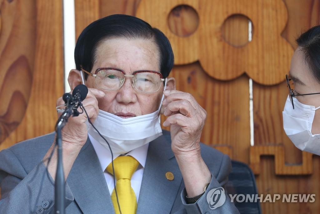 3月2日,在京畿道加平郡,李万熙在记者会上接受提问。 韩联社