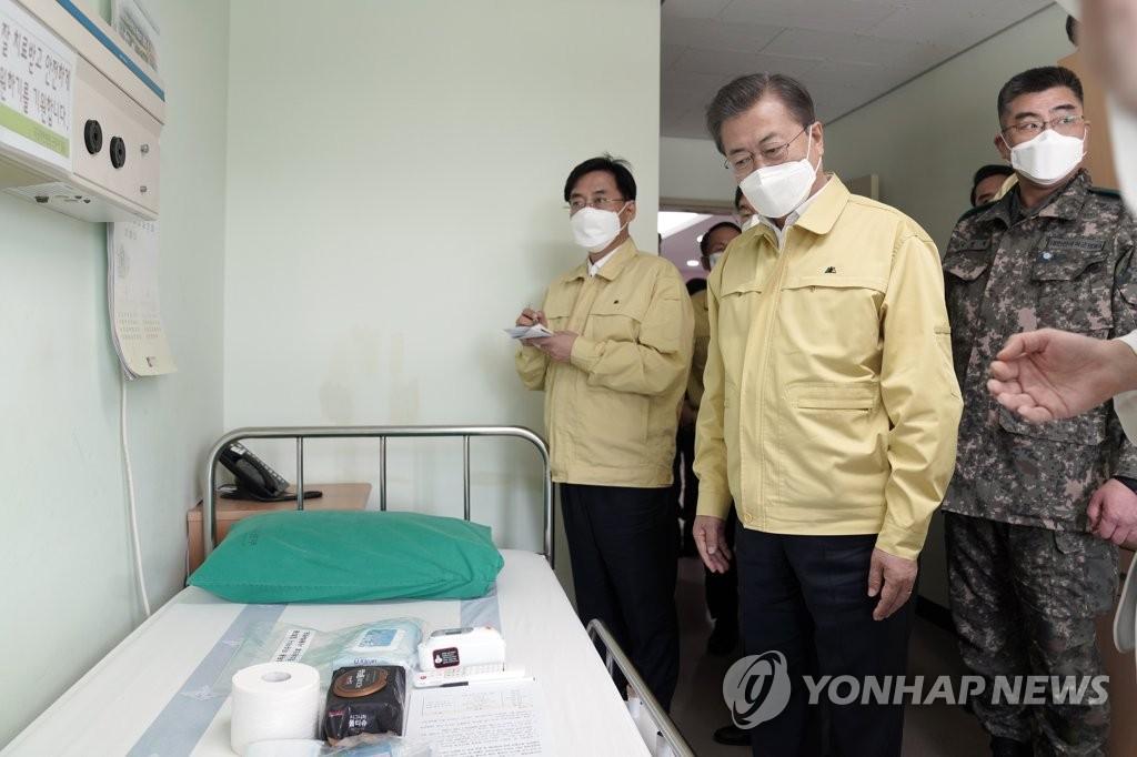 3月2日,在国军大田医院,总统文在寅现场查看负压病房。 韩联社