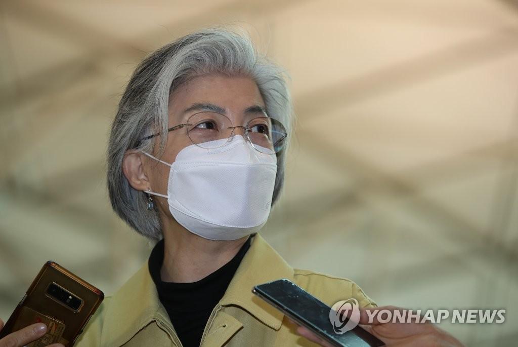 3月5日,在仁川国际机场,韩国外长康京和接受采访。 韩联社