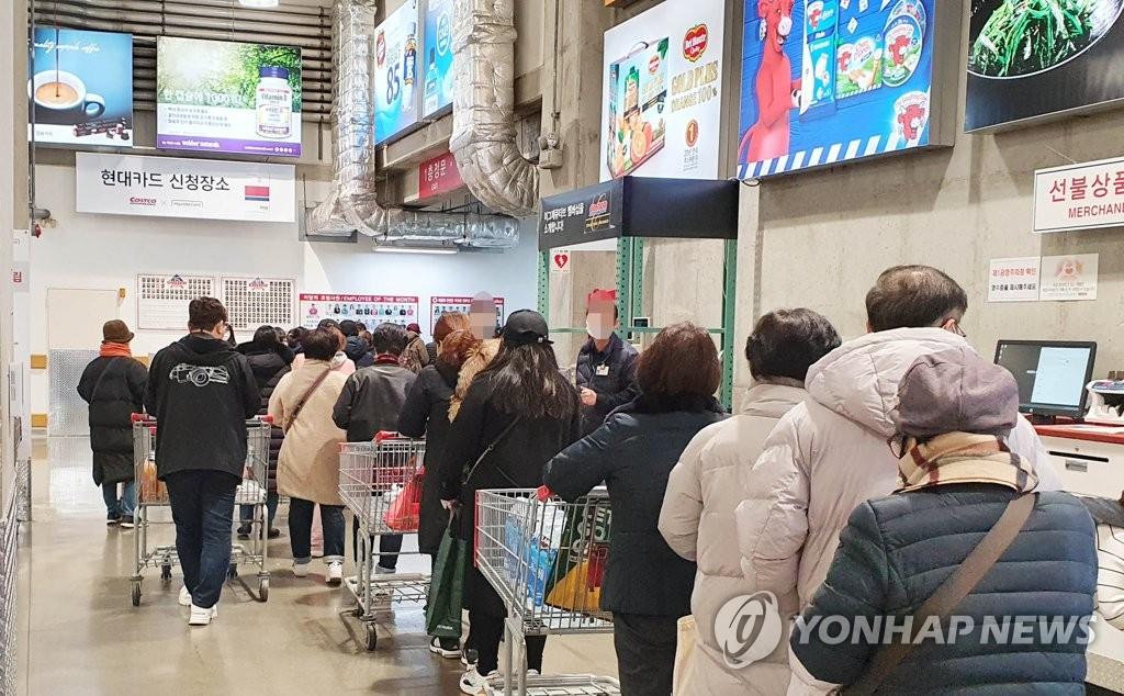 资料图片:3月5日,在京畿道一山一家大型超市,市民们为买口罩排起了长龙。 韩联社