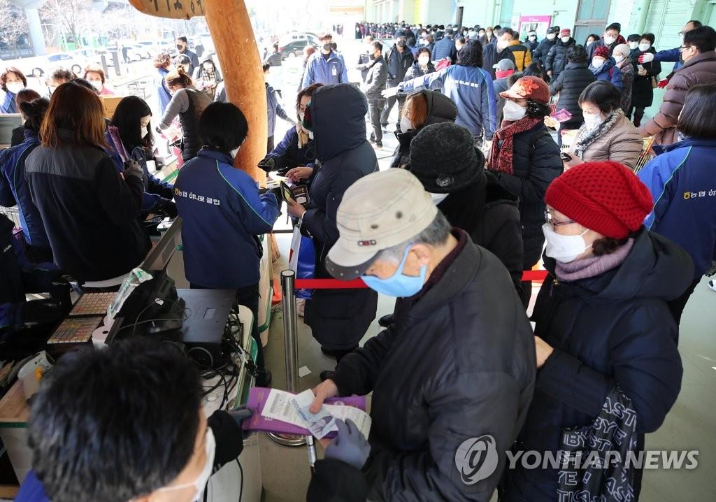 资料图片:3月5日下午,在首尔道峰区的一家农协超市,市民们正在购买口罩。 韩联社