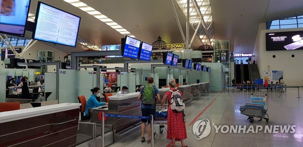 资料图片:图为3月5日的越南河内国际机场航空值机柜台。韩联社