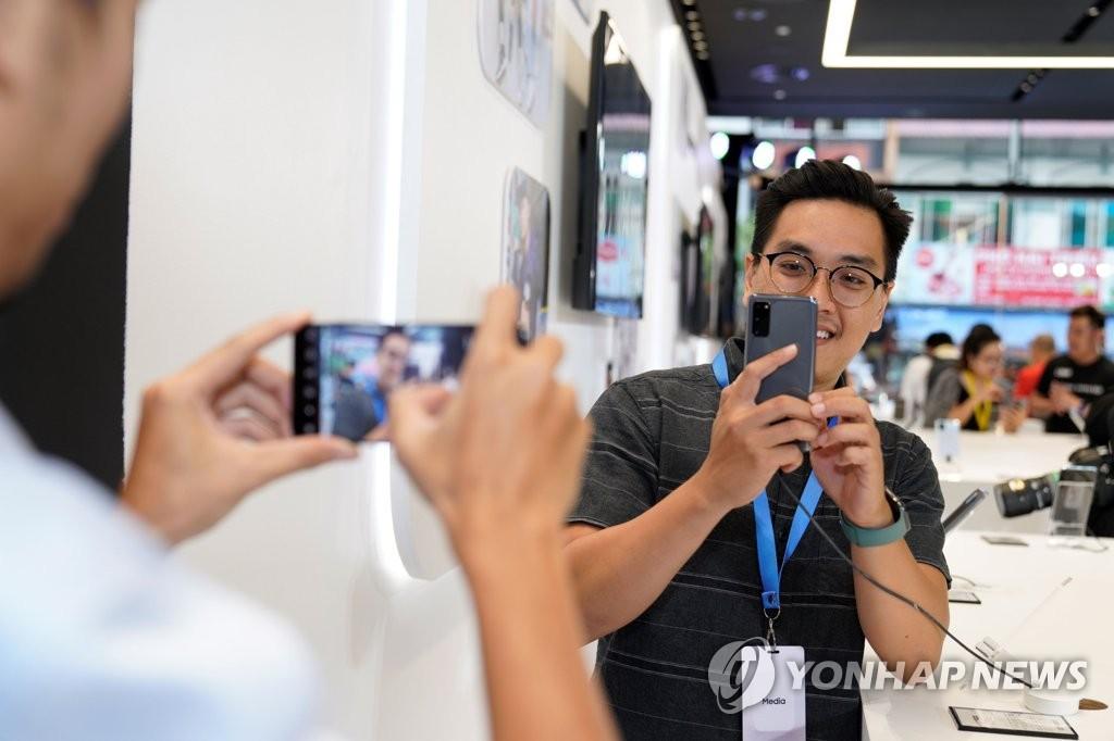 资料图片:三星电子3月6日表示,旗下新旗舰Galaxy S20系列智能手机在全球正式上市。图为当地时间2月19日在越南举行的新品上市活动现场照。 韩联社/三星电子供图(图片严禁转载复制)