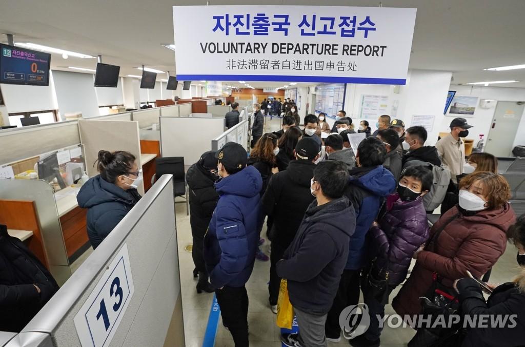 资料图片:3月6日上午,在首尔南部出入境外国人管理事务所,非法居留外籍人员排队申请自愿离境。随着境内新型冠状病毒(COVID-19)疫情扩散,自愿离境的在韩非法居留者人数增加。 韩联社
