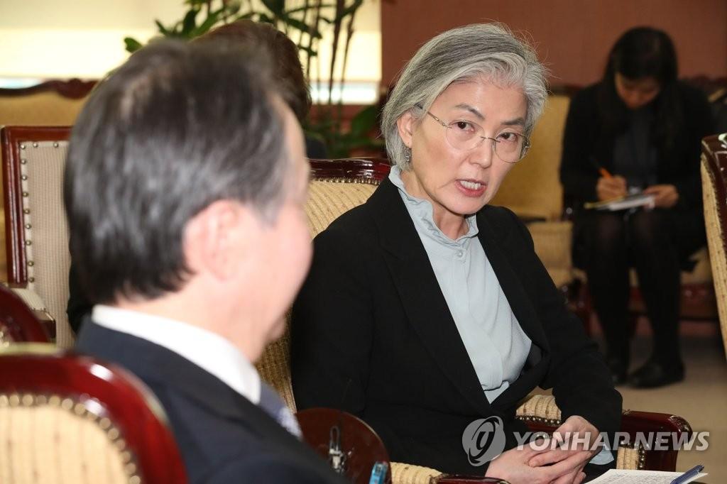 3月6日,在外交部,康京和(右)与冨田浩司面谈。 韩联社