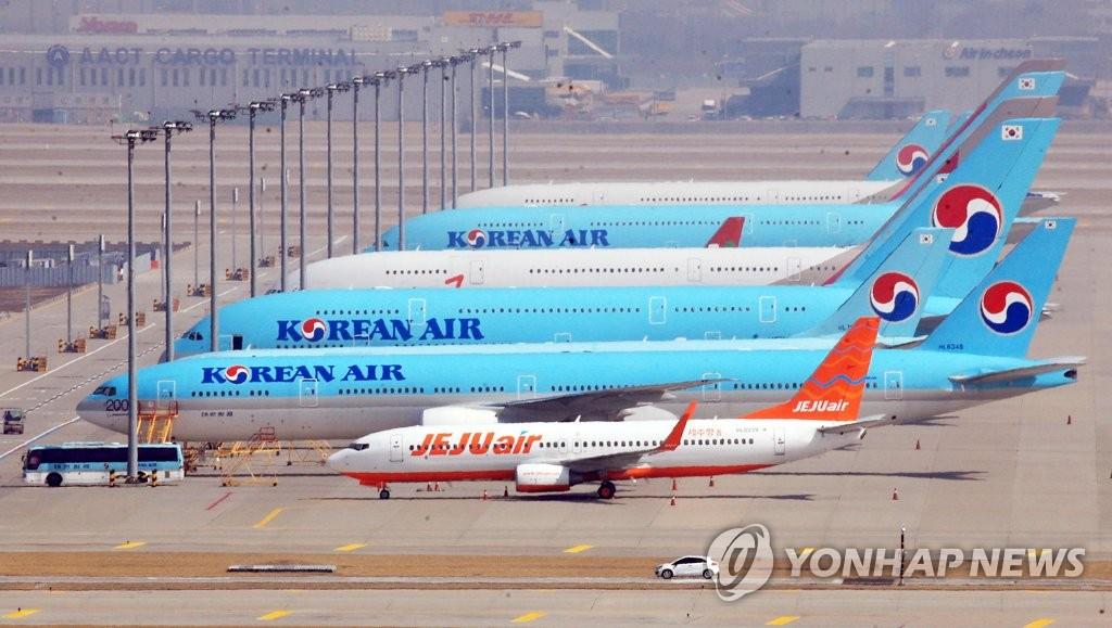 资料图片:3月8日,多架客机停驻在仁川国际机场停机坪上。 韩联社
