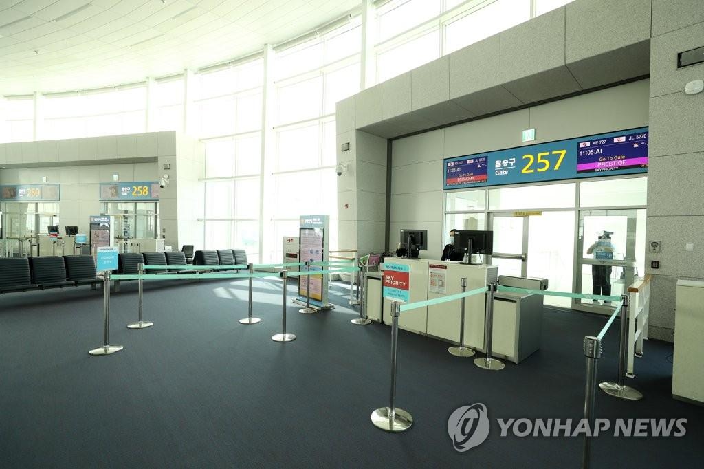 3月9日,在仁川机场第二航站楼,飞往大阪的KE727航班登机口空空荡荡。 韩联社