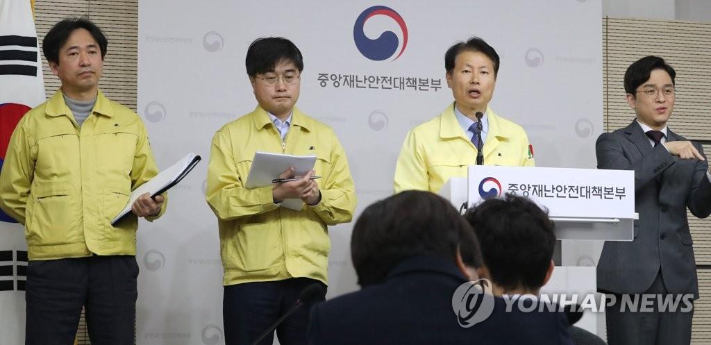 3月9日上午,在中央政府世宗办公楼,金刚立(右二)答记者问。 韩联社