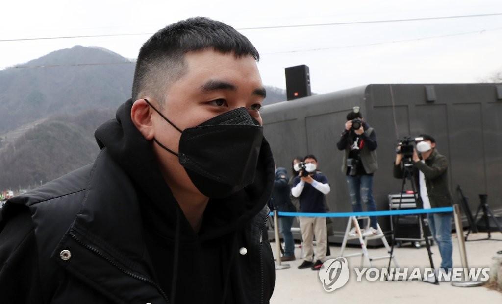 3月9日下午,在江原道铁原郡陆军第6师新兵教育队,BIGBANG前成员胜利走向部队。 韩联社