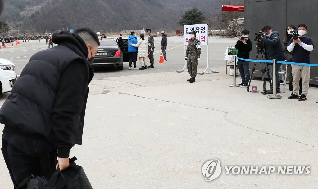 3月9日下午,在江原道铁原郡陆军第6师新兵教育队,BIGBANG前成员胜利向媒体鞠躬致意。 韩联社