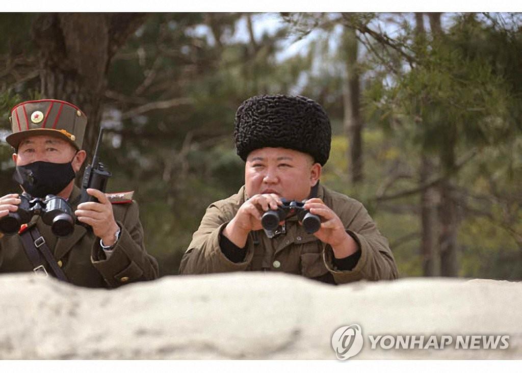 资料图片:图为《劳动新闻》公开的金正恩(右)指导火箭炮试射现场照。 韩联社/《劳动新闻》官网截图(图片仅限韩国国内使用,严禁转载复制)