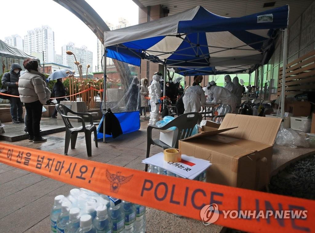 资料图片:3月10日上午,在首尔市九老区的一家呼叫中心门口,当地居民进入筛查诊所接受诊查。 韩联社