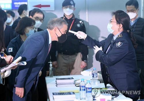 驻韩使节团明参观仁川机场防疫工作