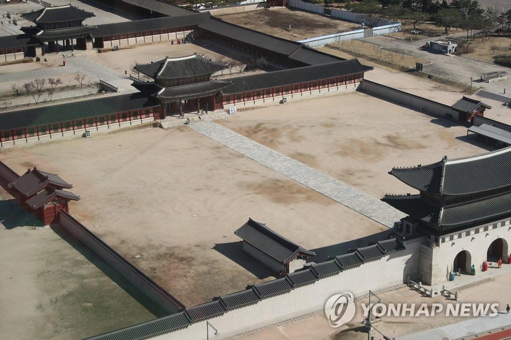 资料图片:3月11日上午,首尔著名旅游景点——景福宫难觅游客踪影。受新冠疫情影响,光顾景福宫的游客大幅减少。 韩联社