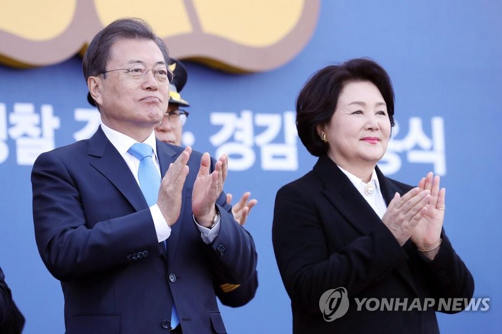 资料图片:文在寅总统(左)和金正淑女士 韩联社