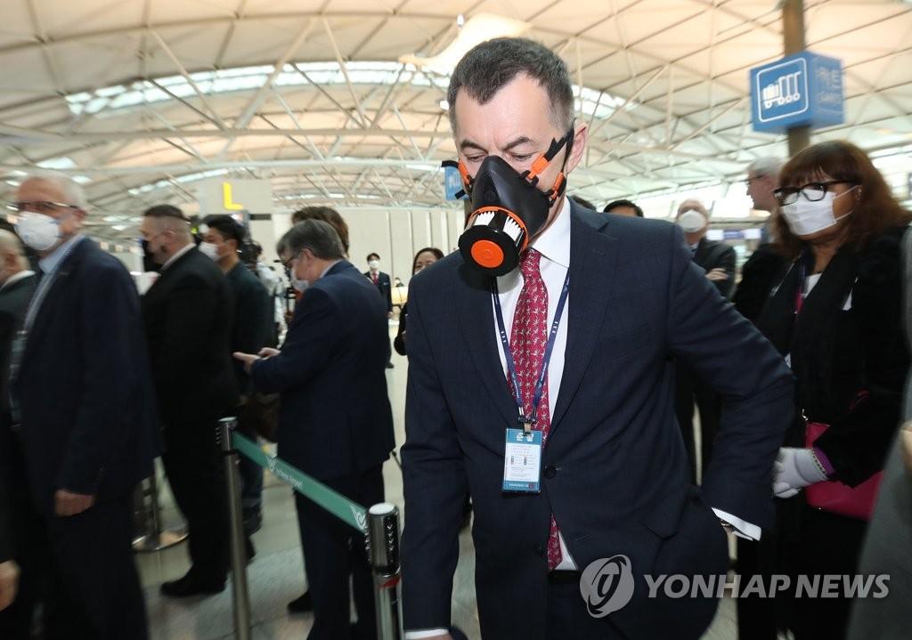 各国驻韩外交使节参观仁川机场检疫工作