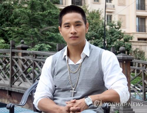 韩裔歌手刘承俊拒签案首次庭审