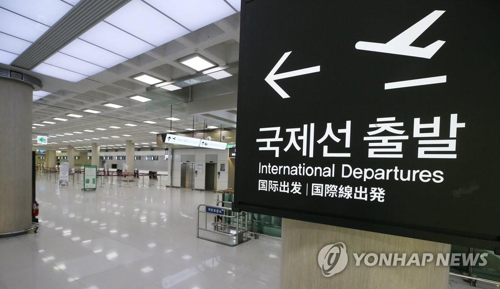 资料图片:3月14日,济州国际机场出发大厅冷清无人。受到新冠疫情影响,济州至中国、日本、泰国、马来西亚等地的多条航线停飞。 韩联社