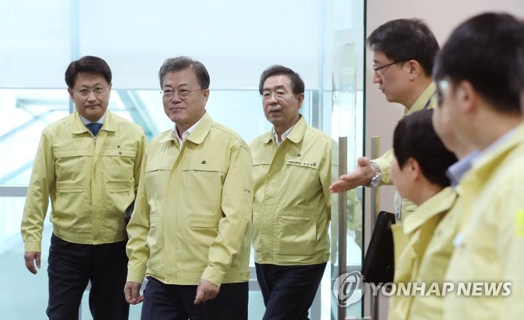 资料图片:3月16日,在中央政府首尔办公楼,文在寅(左二)出席首都圈共同防疫会议。 韩联社