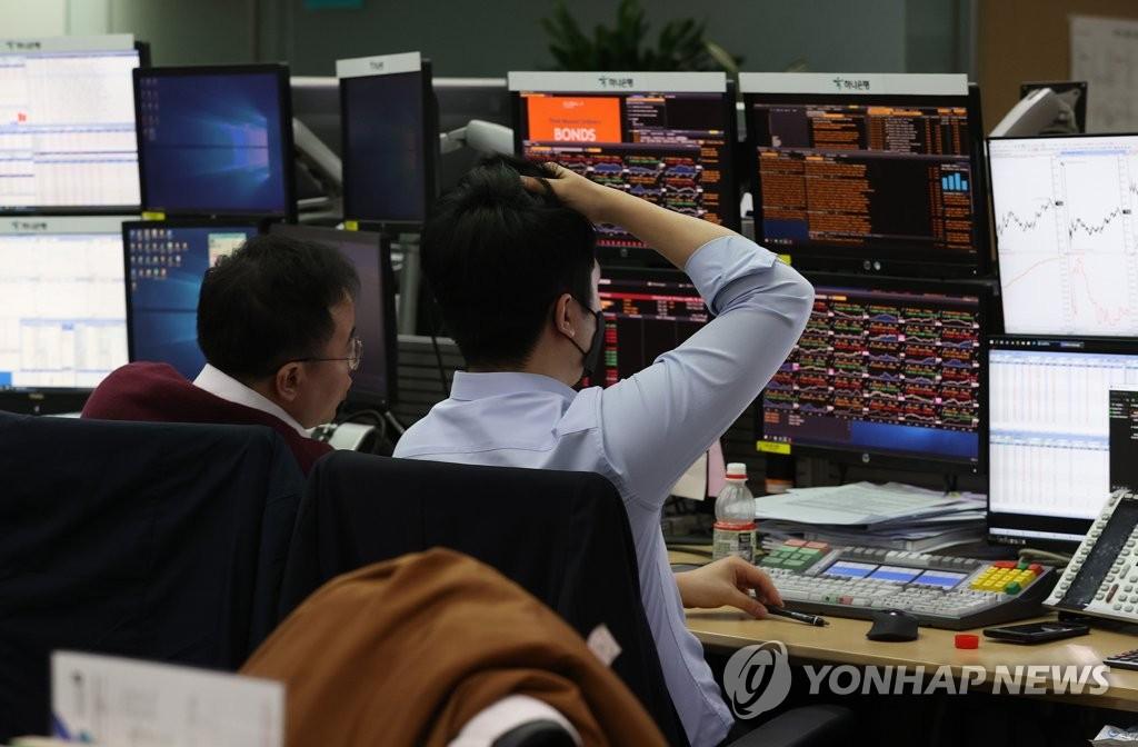 资料图片:韩亚银行首尔总行交易厅 韩联社