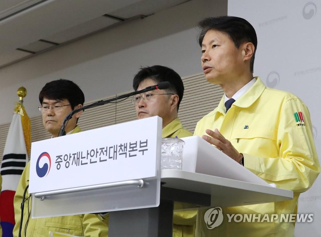 资料图片:金刚立(右)在记者会上发言。 韩联社