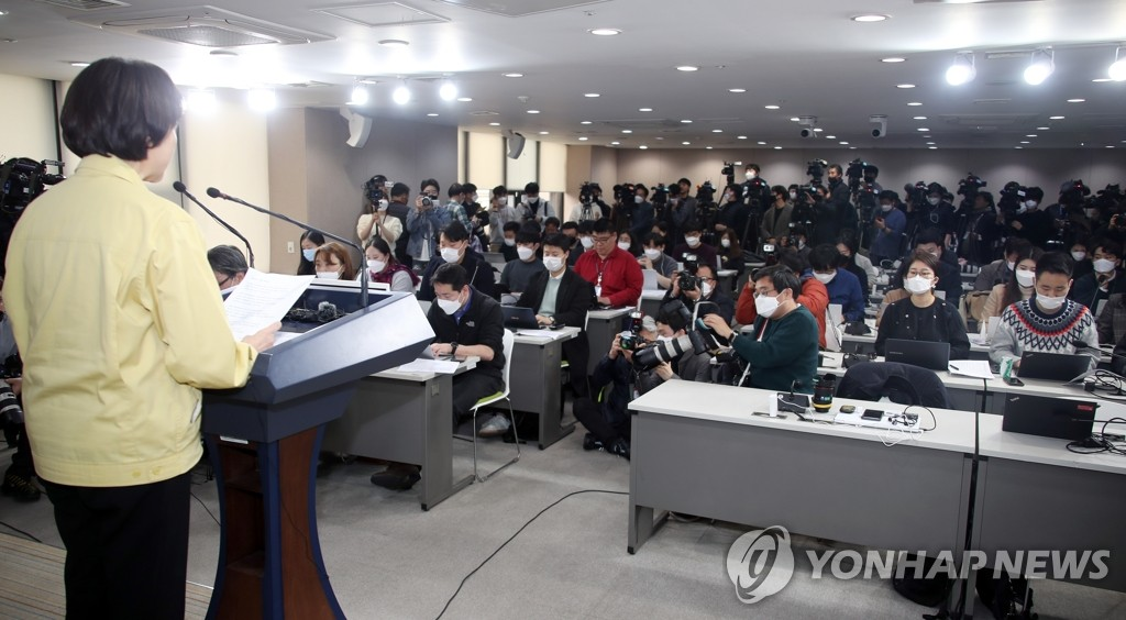 3月17日,韩国社会副总理兼教育部长官俞银惠公布开学延期方案。 韩联社