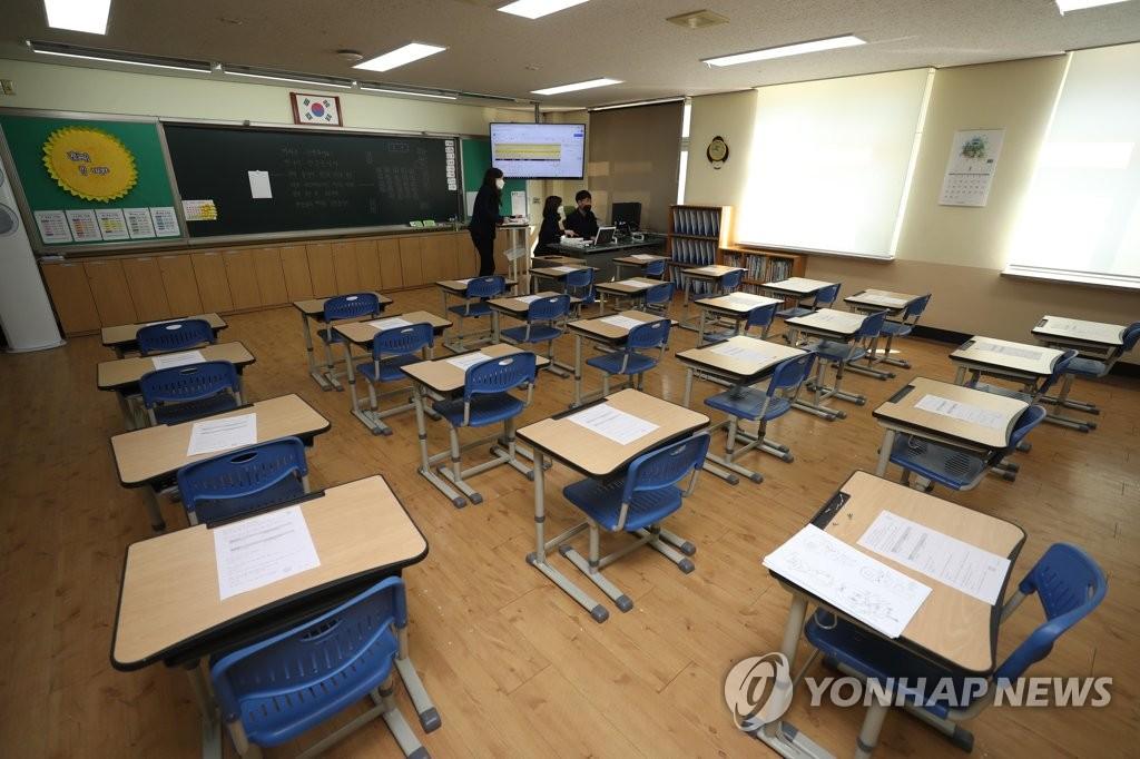 3月17日,在大邱市一所小学,教师们正在准备网课资料。 韩联社