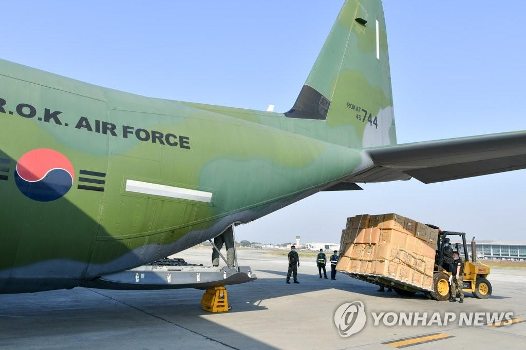 当地时间3月18日,韩国空军官兵在缅甸仰光国际机场将防疫物品载至C-130J运输机。 韩联社/空军供图(图片严禁转载复制)