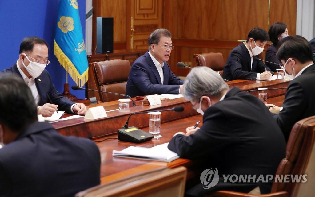 3月19日,在青瓦台,韩国总统文在寅(左排左二)主持召开第一次紧急经济会议。 韩联社
