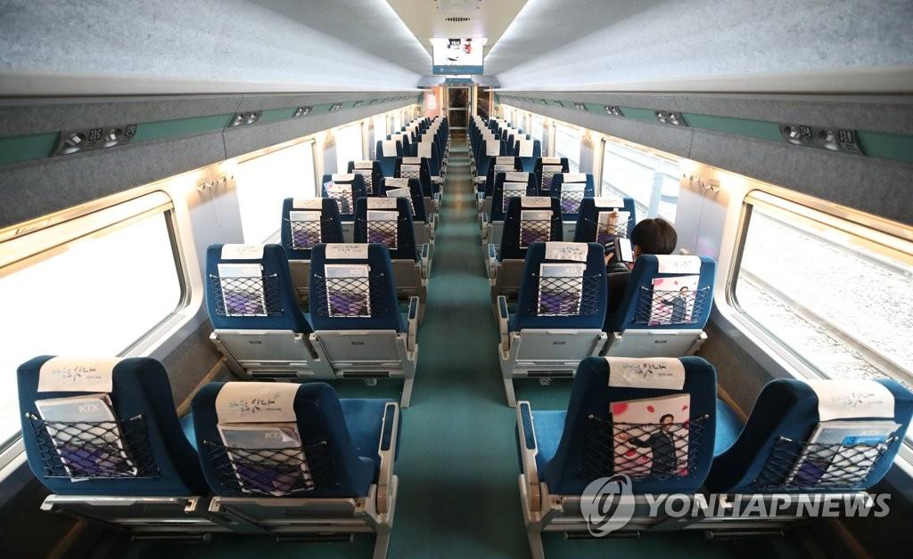 资料图片:疫情下一节高铁车厢里仅1名乘客 韩联社