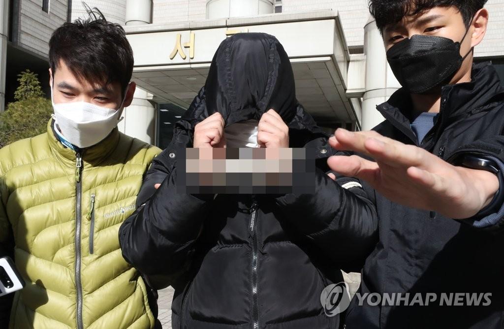 资料图片:3月19日,在首尔中央地方法院,涉嫌威胁未成年拍摄性剥削视频的A某接受逮捕必要性审查后走出法院。 韩联社