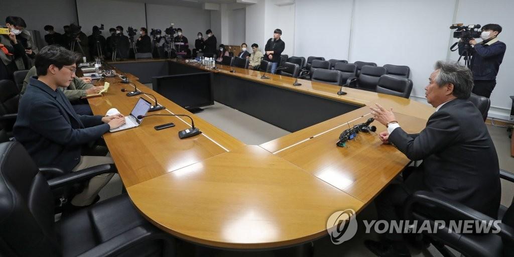 资料图片:3月19日,大韩体育会会长李起兴(右一)结束与国际奥委会视频会议后答记者问。 韩联社