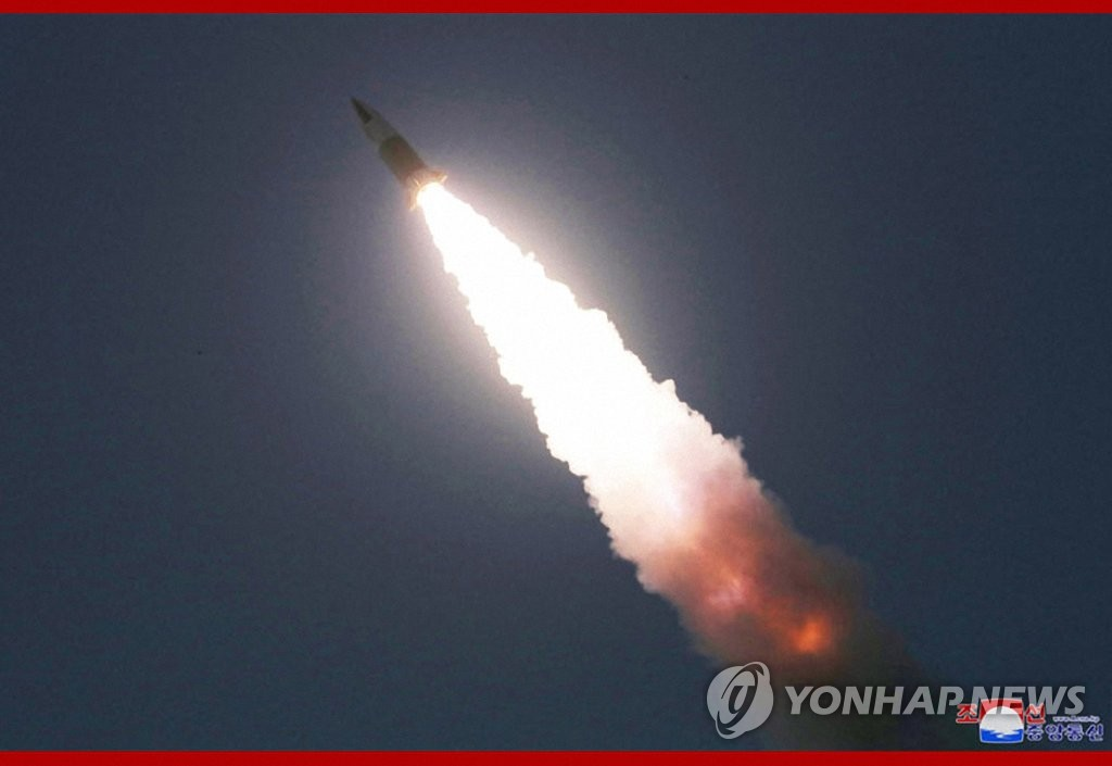 据朝中社3月22日报道,朝鲜国务委员会委员长金正恩21日观摩战术制导武器试射现场。图为飞行器发射升空。 韩联社/朝中社官网截图(图片仅限韩国国内使用,严禁转载复制)