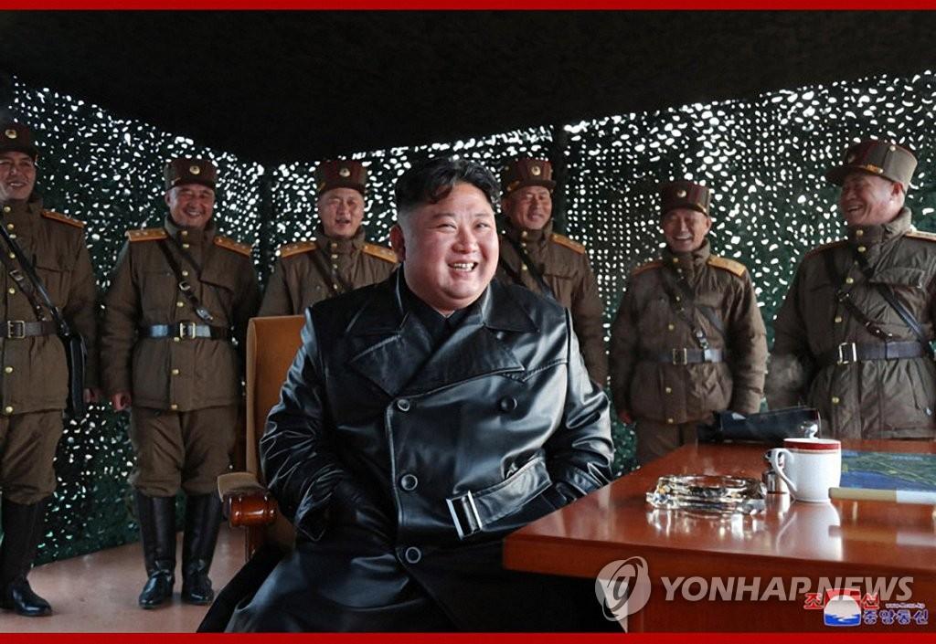 据朝中社3月22日报道,朝鲜国务委员会委员长金正恩21日观摩战术制导武器试射现场。 韩联社/朝中社官网截图(图片仅限韩国国内使用,严禁转载复制)