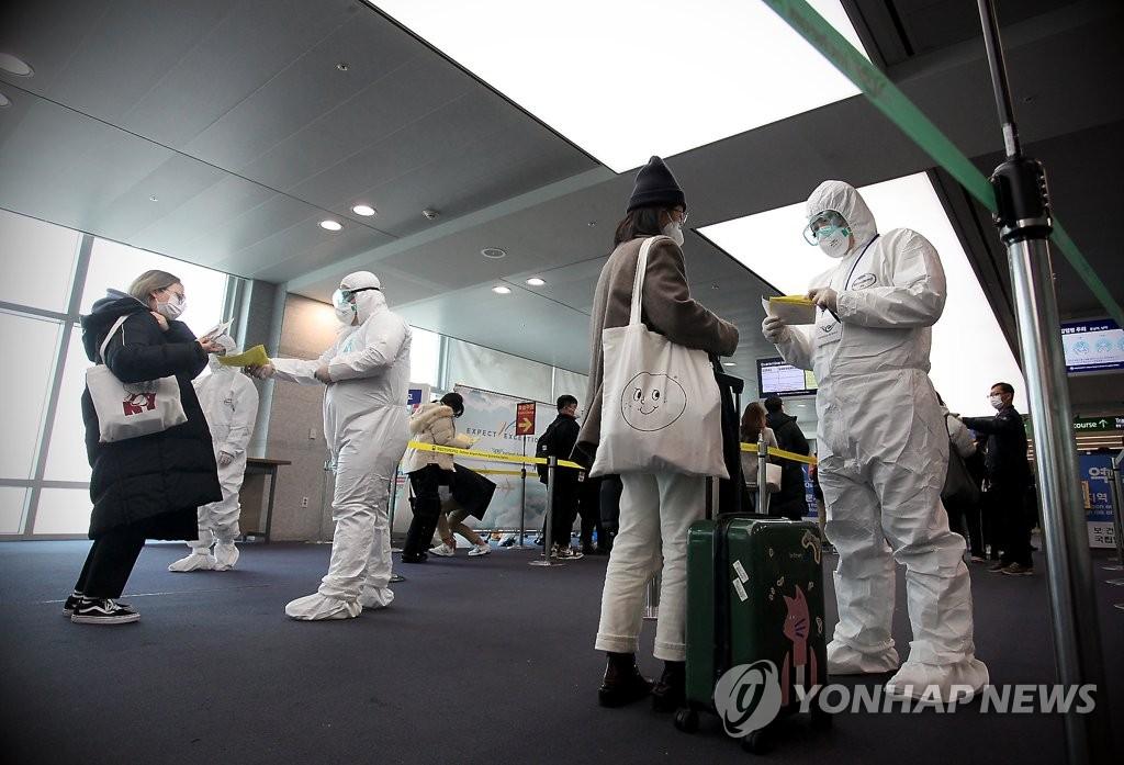 3月22日,在仁川机场,韩国陆军首都军团特攻团官兵协助检疫工作。 韩联社/韩军供图(图片严禁转载复制)