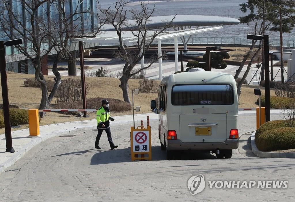资料图片:3月23日,在仁川市中区,自欧洲入境人员乘坐的车辆进入SK舞衣研修院。自欧入境的所有人员必须在SK舞衣研修院等临时生活设施接受新冠病毒核酸检测。 韩联社