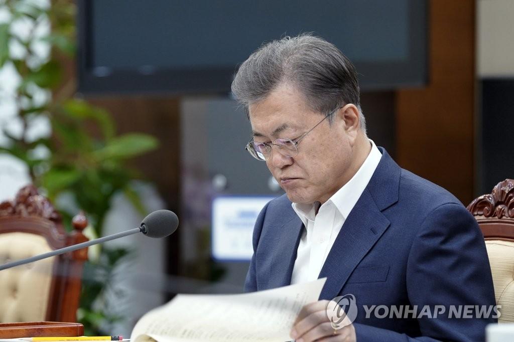 3月23日,在青瓦台,文在寅听取工作汇报。 韩联社