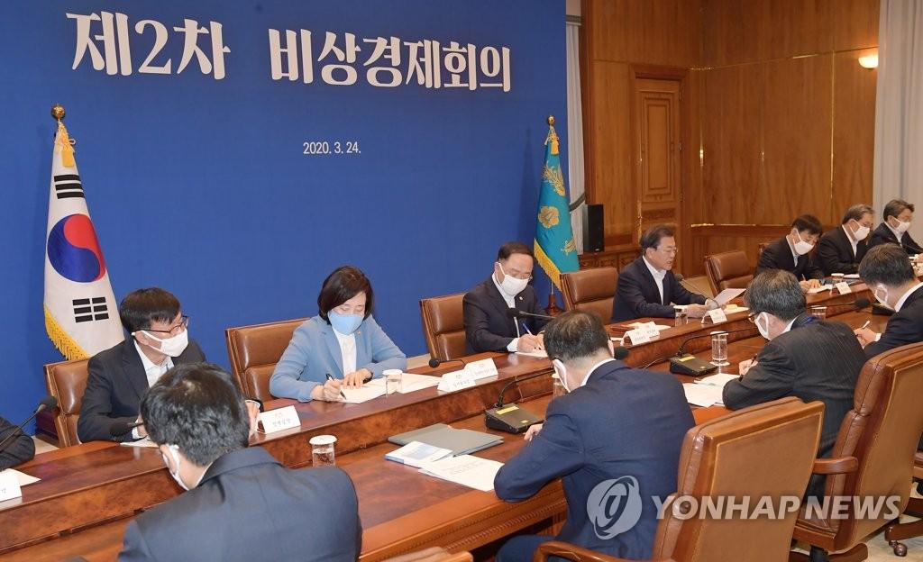 3月24日,韩国总统文在寅(右四)主持召开第二次紧急经济会议。 韩联社